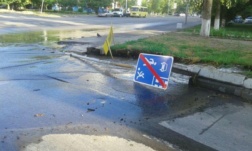Крупный порыв водовода на СЖМ в Ростове, вода смыла тротуар и дорожный знак, фото-2