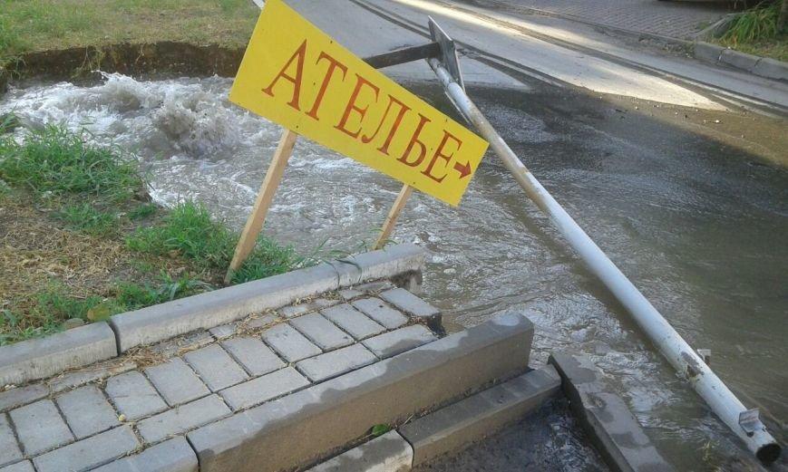 Крупный порыв водовода на СЖМ в Ростове, вода смыла тротуар и дорожный знак, фото-1