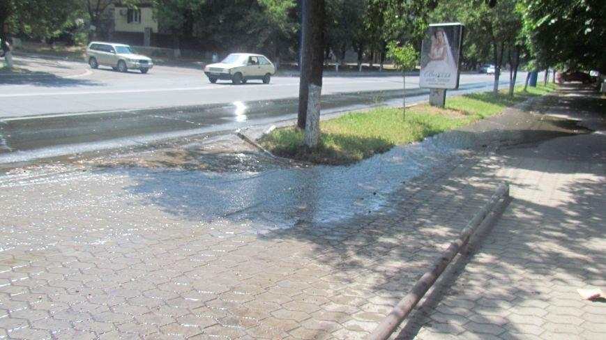 В  Мариуполе  вода по проспекту Мира бежала рекой, а из-под люка бил фонтан (Фотофакт), фото-1