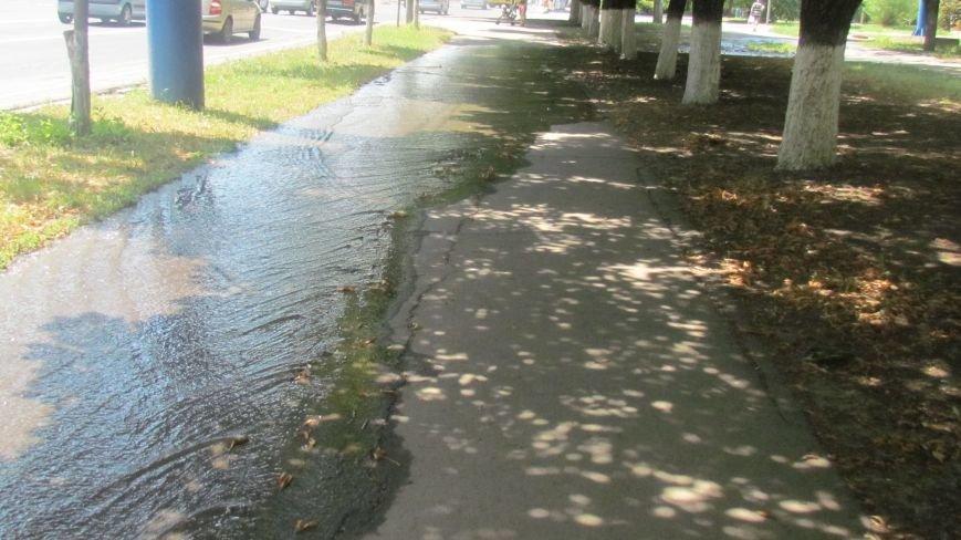 В  Мариуполе  вода по проспекту Мира бежала рекой, а из-под люка бил фонтан (Фотофакт), фото-4