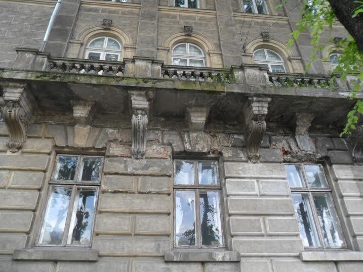 Перехожі cкаржаться на небезпечний стан історичної будівлі у центрі Львова (ФОТО), фото-3
