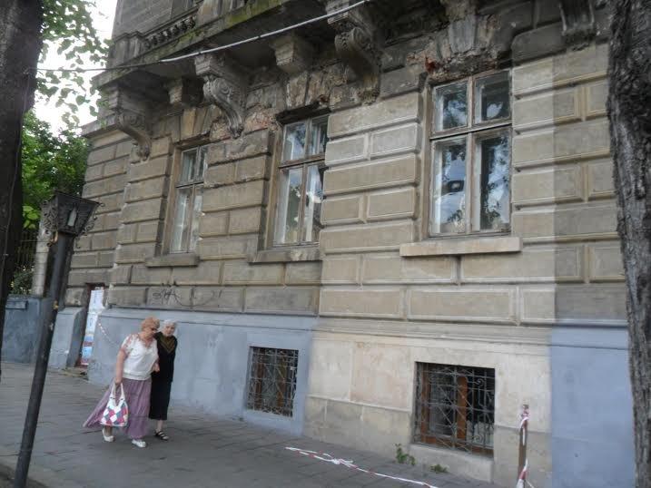 Перехожі cкаржаться на небезпечний стан історичної будівлі у центрі Львова (ФОТО), фото-1