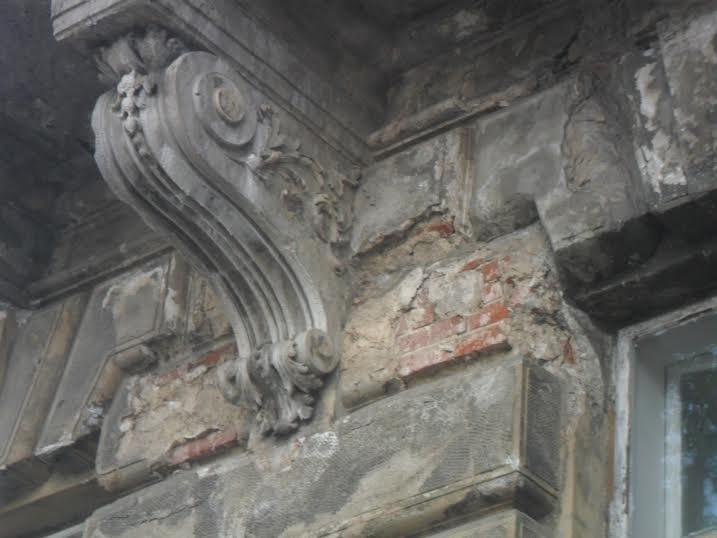Перехожі cкаржаться на небезпечний стан історичної будівлі у центрі Львова (ФОТО), фото-4