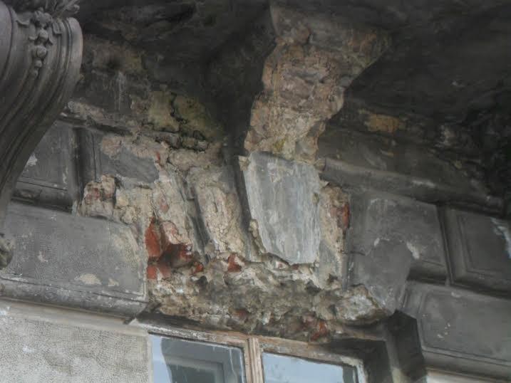 Перехожі cкаржаться на небезпечний стан історичної будівлі у центрі Львова (ФОТО), фото-2