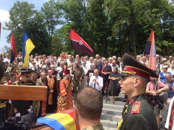 Сьогодні львів'яни попрощалися із загиблим співаком-добровольцем Василем Сліпаком (ФОТО), фото-3