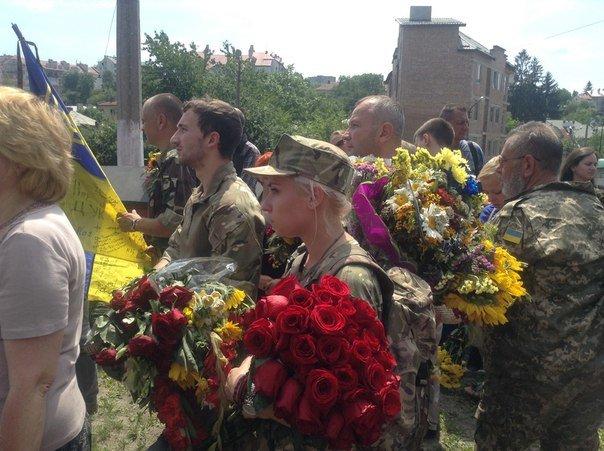 Сьогодні львів'яни попрощалися із загиблим співаком-добровольцем Василем Сліпаком (ФОТО), фото-5