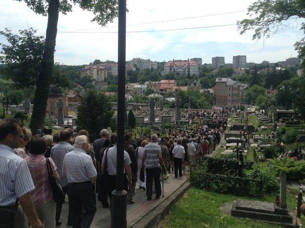 Сьогодні львів'яни попрощалися із загиблим співаком-добровольцем Василем Сліпаком (ФОТО), фото-2