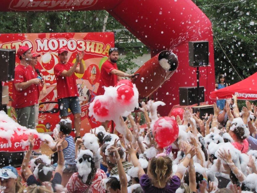 """В Мелитополе праздник мороженого завершился пенной """"флешмоб-дискотекой"""", фото-2"""