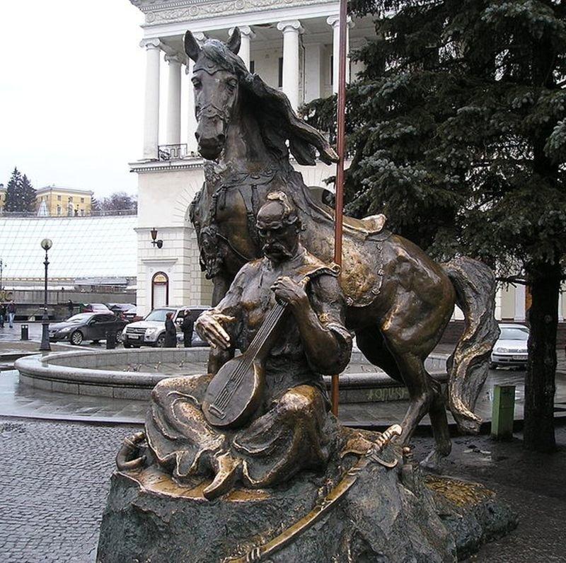 800px-Kyiv-Maidan_Nezalezhnosti-Mamai_monument