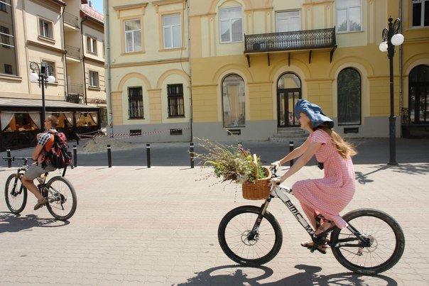 У Франківську відбувся жіночий велопарад у стилі Коко Шанель (ФОТОРЕПОРТАЖ), фото-18