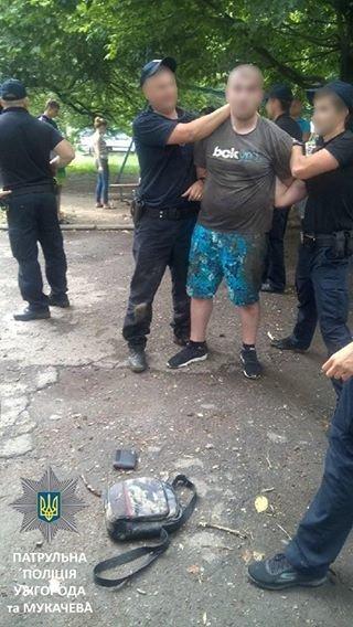 """В Мукачеві молодик з """"травкою"""" накинувся на патрульних, фото-1"""