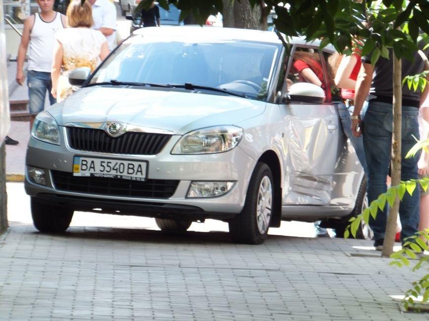 В Кировограде женщина-водитель устроила опасное ДТП и скрылась с места происшествия (ФОТО), фото-1