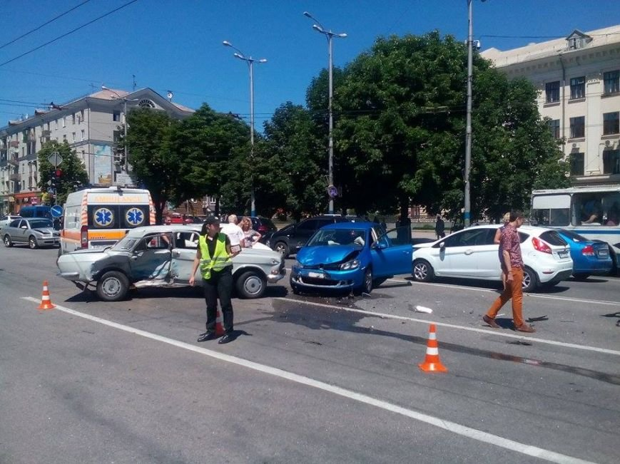 В центре Запорожья - серьезная авария: образовалась большая пробка (ФОТО), фото-3