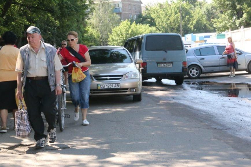 Движение на презжей части затруднено из-за забитого тоговцами тротуара