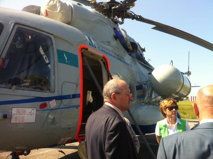 Сахалинским депутатам показали белые кресла в вертолётах для тушения пожаров, фото-3