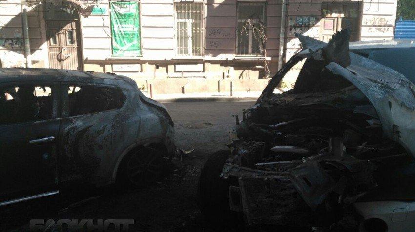 Этой ночью в Ростове сгорели две дорогие иномарки, фото-1