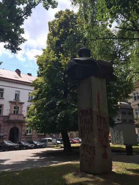 У Львові невідомі знову розмалювали пам'ятник Степану Тудору (ФОТО), фото-2