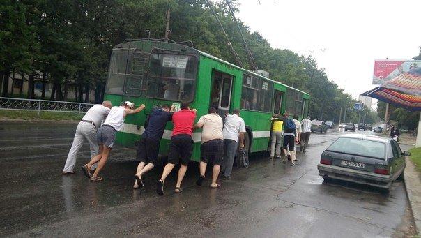 На Салтовке пассажиры под дождем толкали до остановки обесточенный троллейбус (ФОТО), фото-1