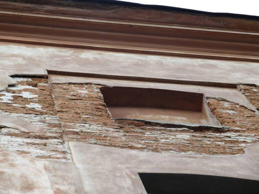 У Львові штукатурка з історичного будинку обвалилася на літню терасу кафе (ФОТО), фото-3