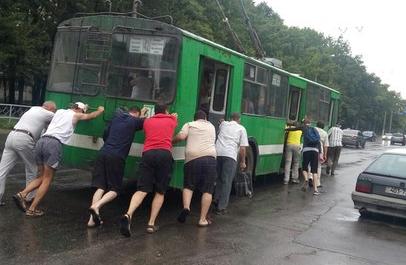 На Салтовке пассажиры под дождем толкали до остановки обесточенный троллейбус (ФОТО), фото-2