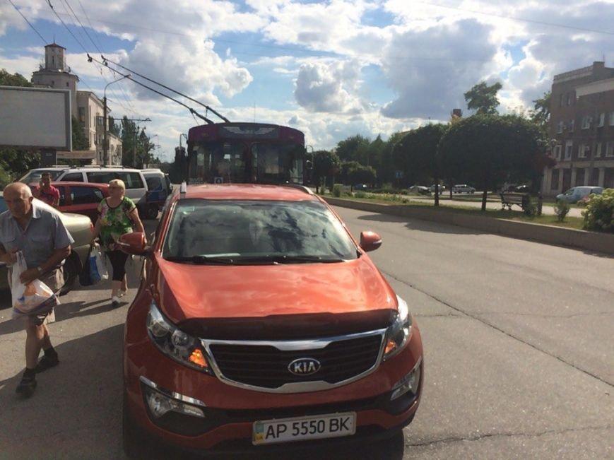 В Запорожье припаркованный внедорожник заблокировал движение троллейбусов, - ФОТО, фото-2