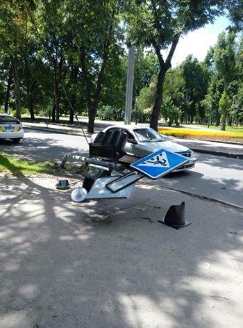 В Харькове иномарка снесла светофор и скрылась (ФОТО), фото-2