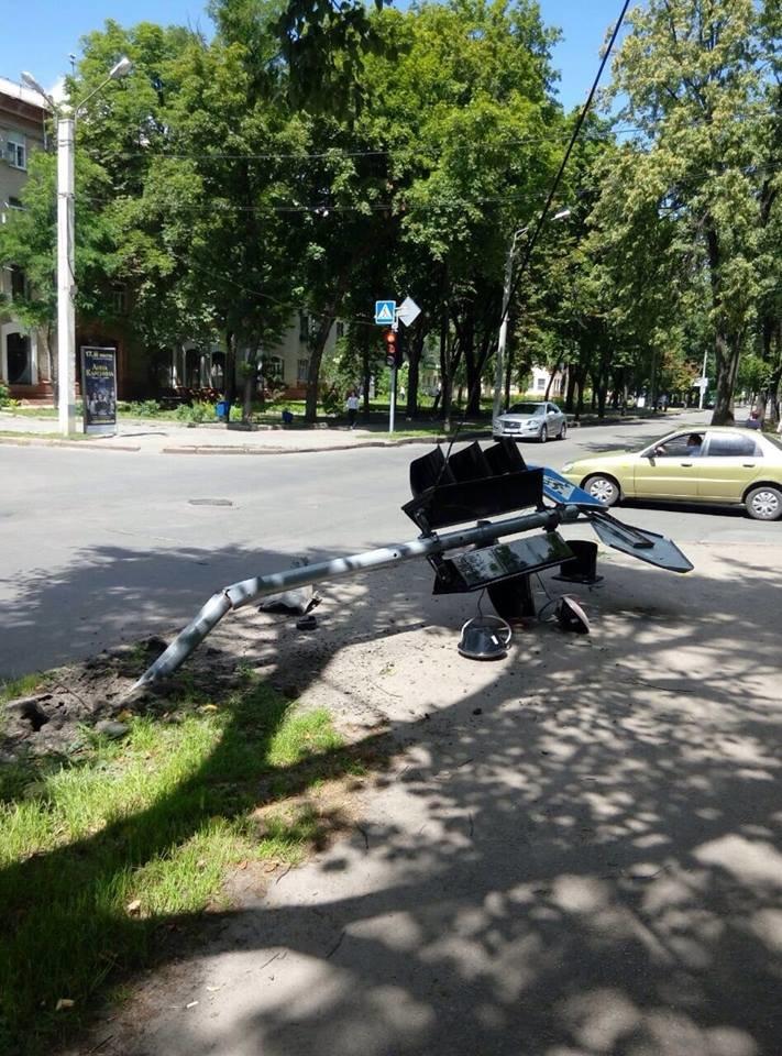 В Харькове иномарка снесла светофор и скрылась (ФОТО), фото-1