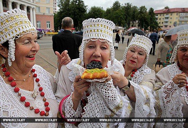Черничный боди-арт и огромный пирог дружбы. Как в Полоцке провели фестиваль черники, фото-3