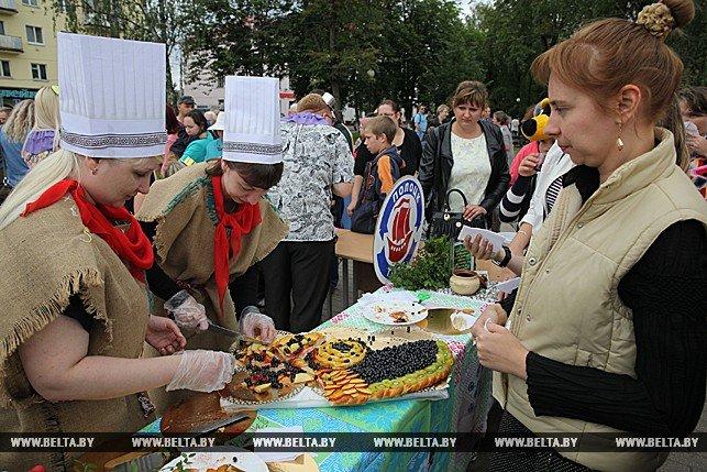 Черничный боди-арт и огромный пирог дружбы. Как в Полоцке провели фестиваль черники, фото-6
