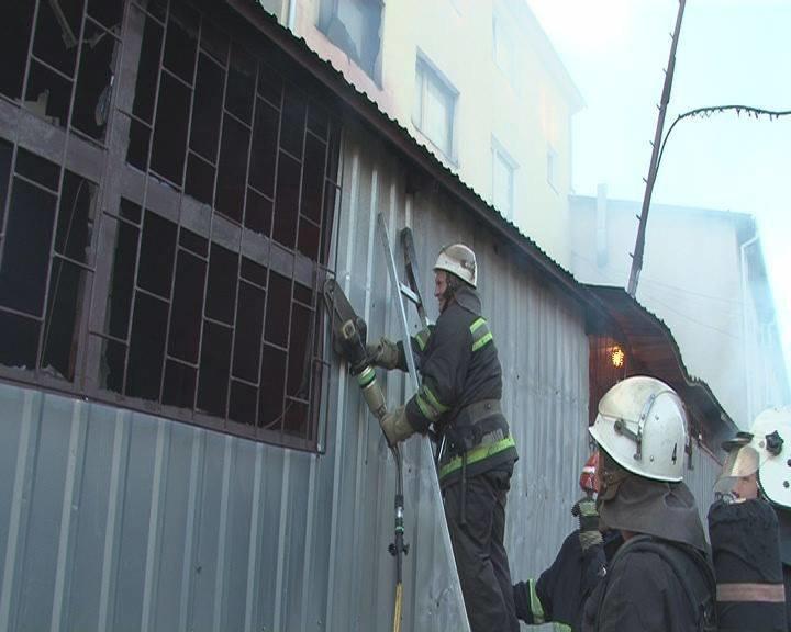 Вранці у Львові виникла пожежа у приміщенні складу, що на вул. Городоцькій (ФОТО+ВІДЕО), фото-1