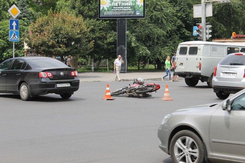 Пьяный мотоциклист врезался в карету скорой помощи в центре Ростова, фото-1