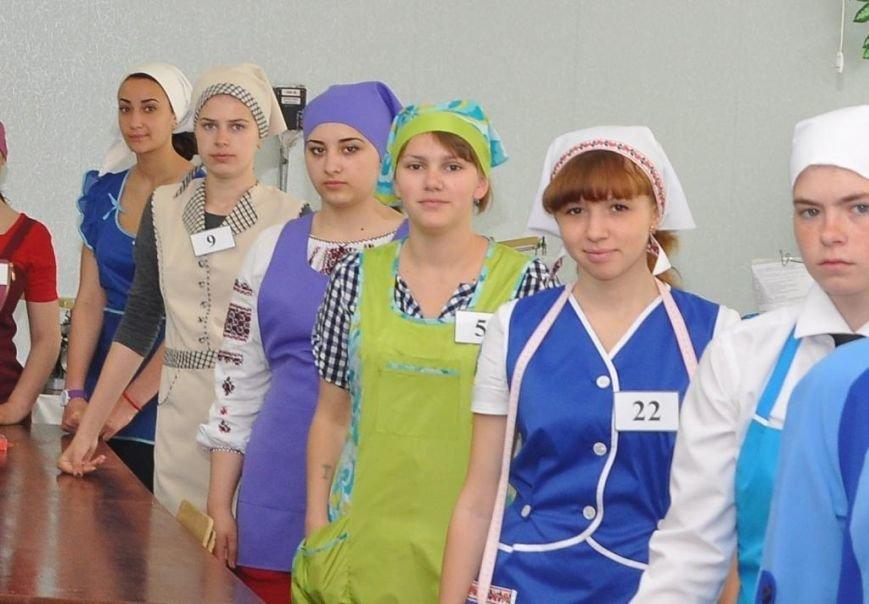 Учасники конкурсу (Ірина в зеленій формі)