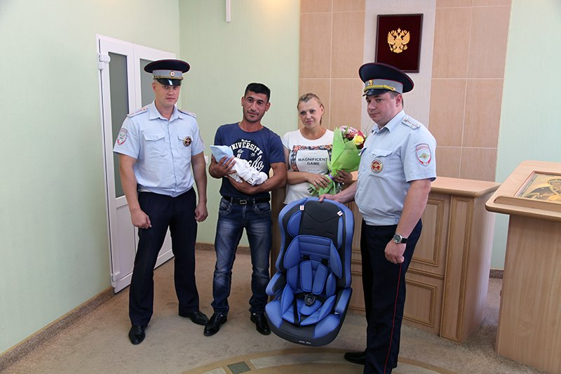 Сотрудники ДПС встретили родившую под вой сирены белгородку, фото-1