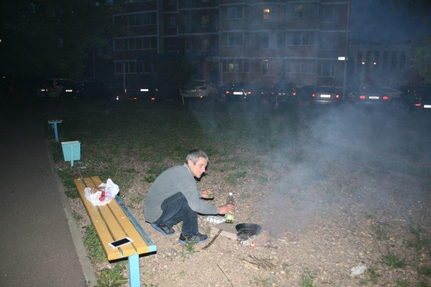 Житель Новой Москвы разжёг костёр во дворе дома, чтобы приготовить детям еду, фото-3