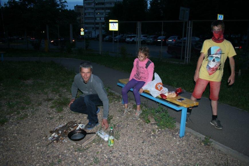 Житель Новой Москвы разжёг костёр во дворе дома, чтобы приготовить детям еду, фото-1