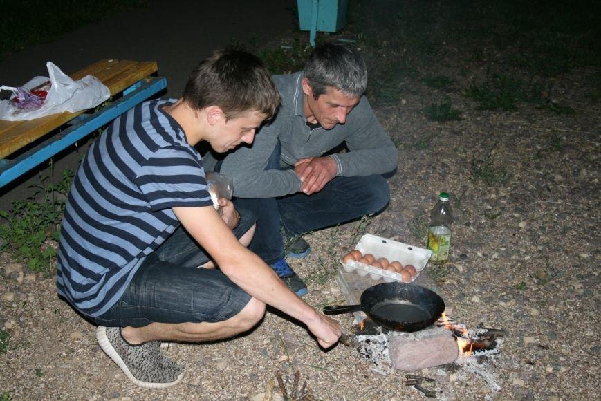 Житель Новой Москвы разжёг костёр во дворе дома, чтобы приготовить детям еду, фото-5