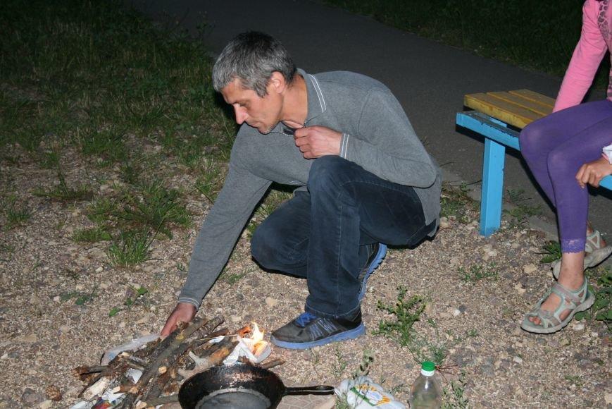 Житель Новой Москвы разжёг костёр во дворе дома, чтобы приготовить детям еду, фото-4