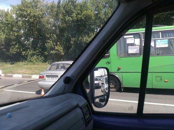 """На Жилярди маршрутный автобус протаранил  """"Lanos"""": ДТП оформили по европротоколу (ФОТО), фото-2"""