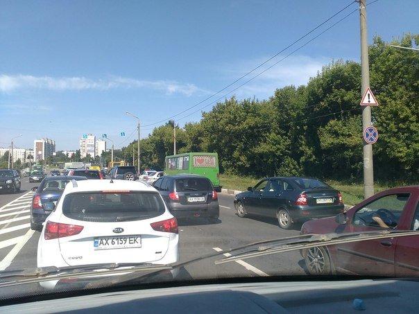 """На Жилярди маршрутный автобус протаранил  """"Lanos"""": ДТП оформили по европротоколу (ФОТО), фото-1"""