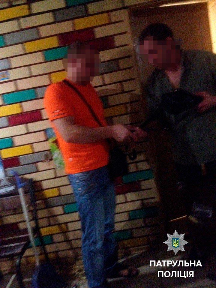 Запорожское кафе закрыли вместе с посетителем внутри (ФОТОФАКТ), фото-1