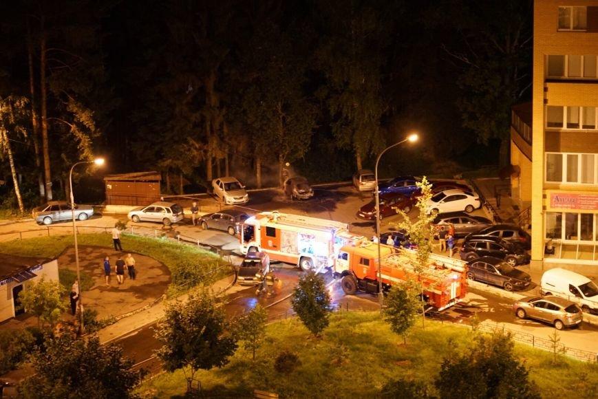 В Троицке подожгли два автомобиля: полиция Новой Москвы ведёт следствие, фото-1