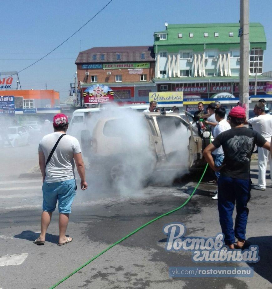 В Ростове на Темернике прохожие потушили горящий автомобиль, фото-1