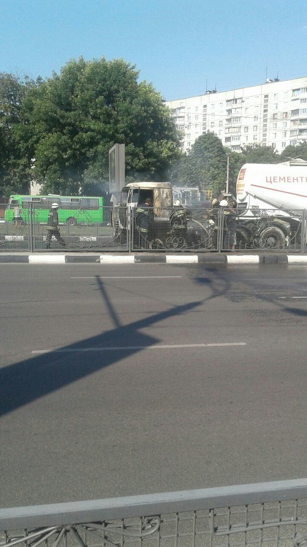 Пожар на проспекте Гагарина: на дороге загорелся цементовоз (ФОТО), фото-3
