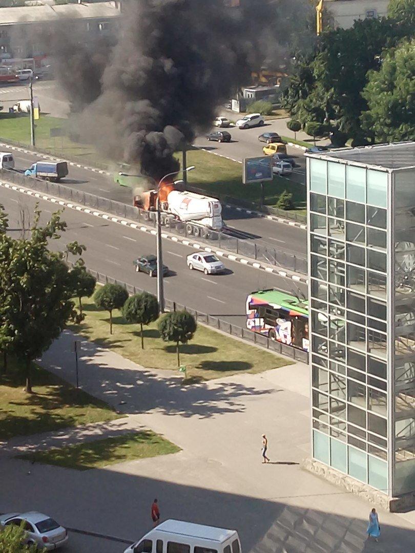 Пожар на проспекте Гагарина: на дороге загорелся цементовоз (ФОТО), фото-1