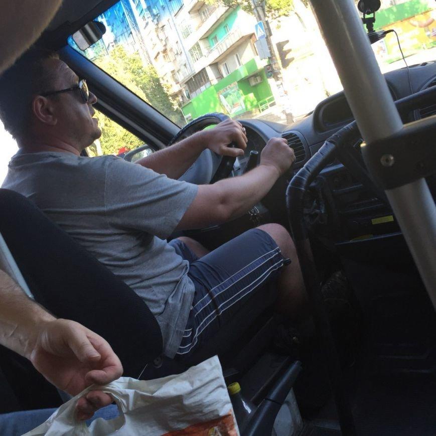 В Запорожье водитель маршрутки обозвал сироту тварью и не пускал в салон, фото-1