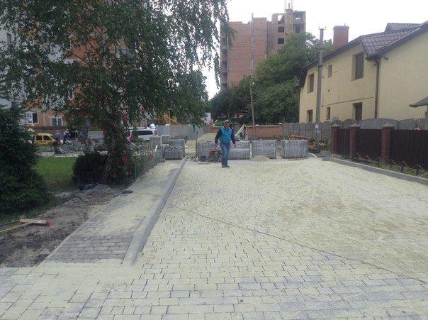 На вулиці Хмільовій триває капітальний ремонт тротуарів (ФОТО), фото-1