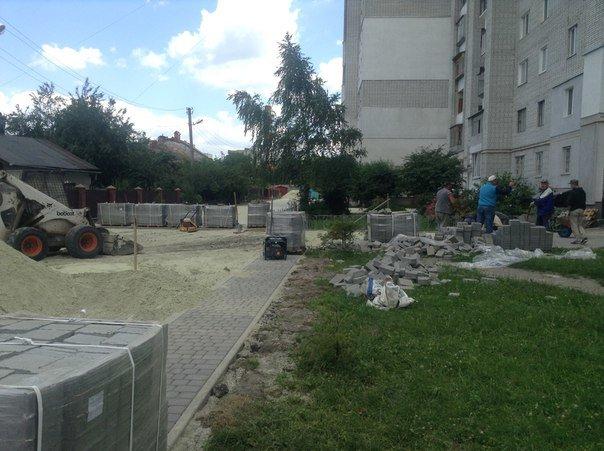 На вулиці Хмільовій триває капітальний ремонт тротуарів (ФОТО), фото-8