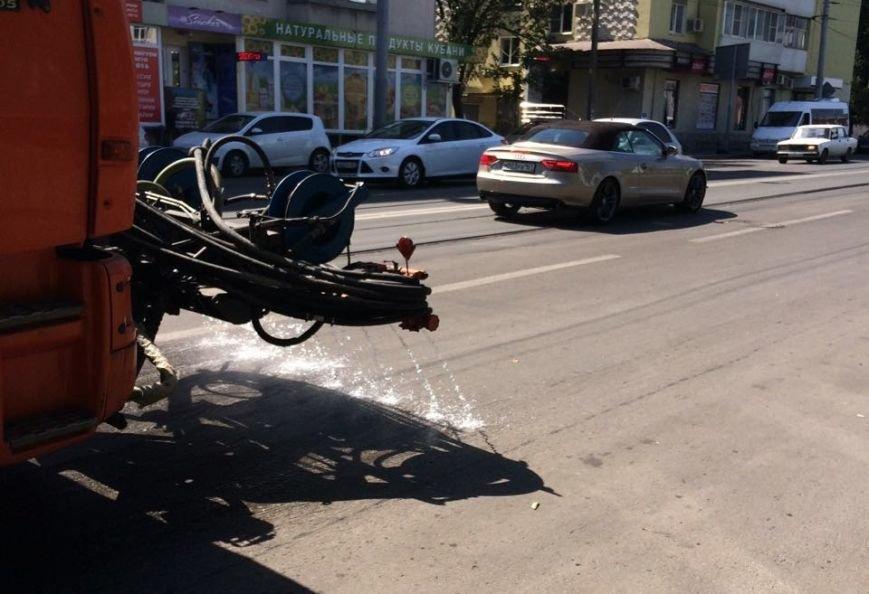 Ростов против жары: коммунальщики поливают проезжую часть и тротуары, фото-7