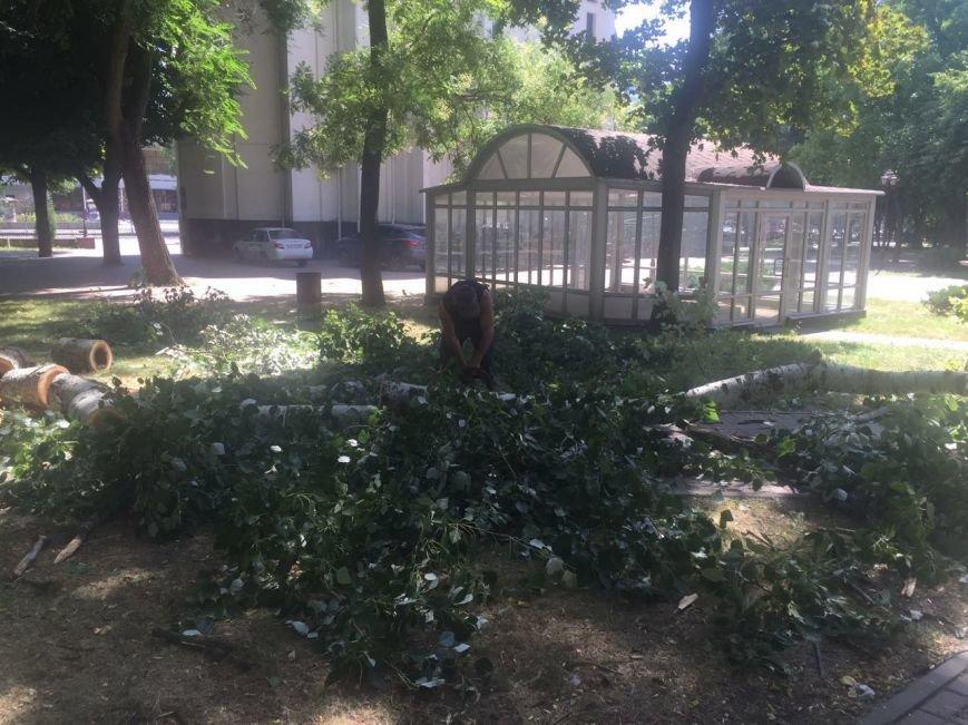 Ростов против жары: коммунальщики поливают проезжую часть и тротуары, фото-4
