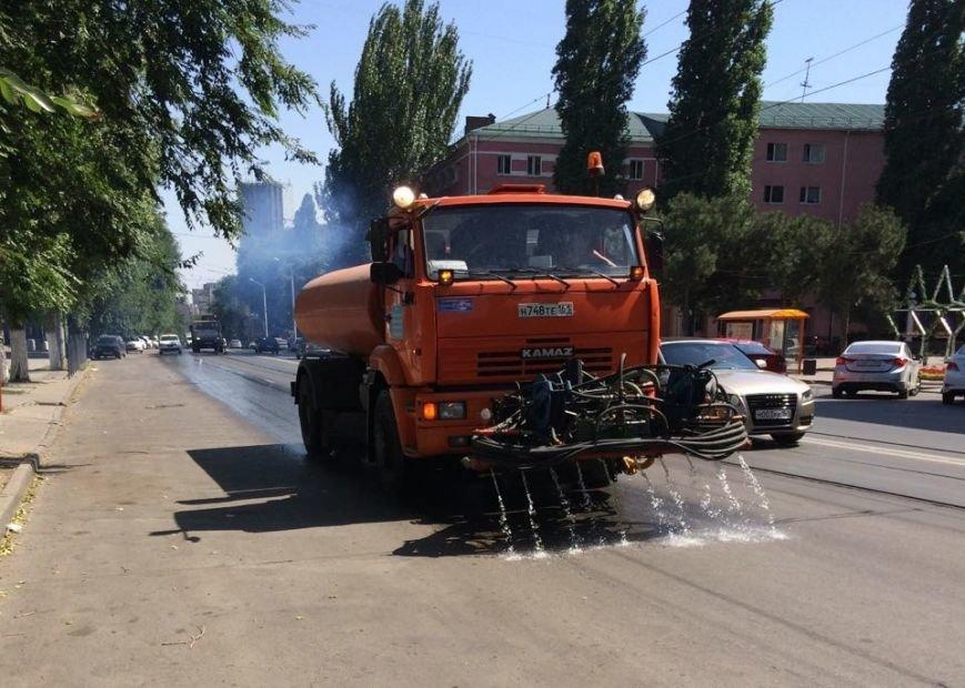 Ростов против жары: коммунальщики поливают проезжую часть и тротуары, фото-8